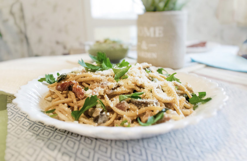 Пълнозърнести спагети с гъби, кайма, спанак и сушени домати